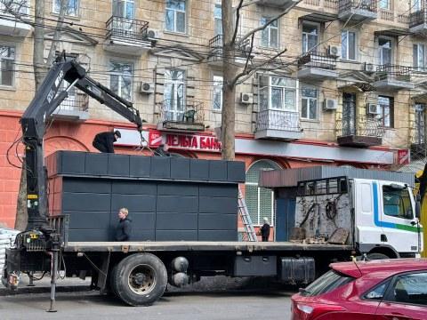 «Не делайте так»: в Николаеве убрали незаконный киоск, установленный под покровом ночи