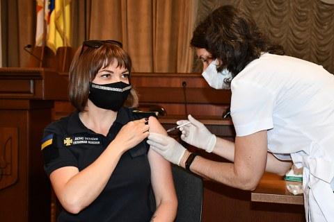 Еще 56 николаевских спасателей вакцинировались от COVID-19