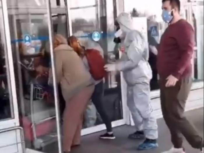 Эвакуированные из Вьетнама украинцы выбили  дверь  и сбежали из-под обсервации в «Борисполе» (видео)