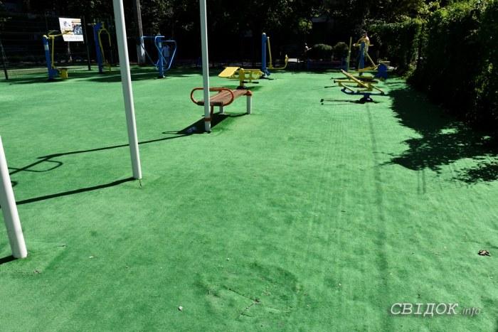 Новая спортплощадка в Корабельном районе построена некачественно и постепенно приходит в негодность. Кто виноват? (Видео)